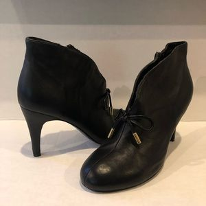 Leather ankle boots with front bow